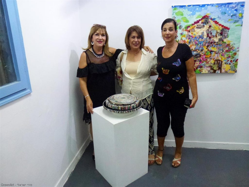 עם חברתי ורד נוי והאמנית מרגלית רג'ואן חברת מוזה רעננה