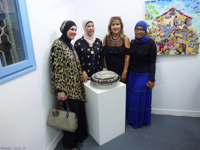 עם אורחות אמניות העיר טירה שמוזה פועלת לשיתוף פעולה עמם לקידום האמנות