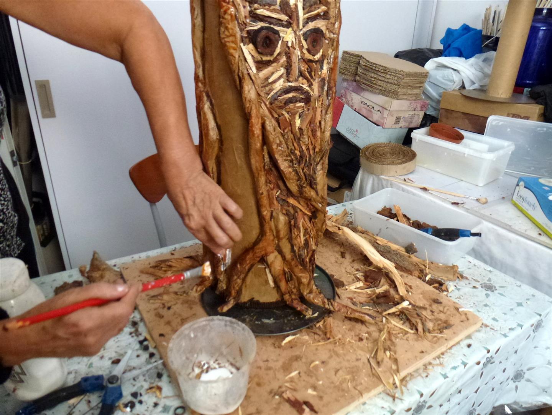 פיסול הגזע - הדבקת עשרות פיסות עץ מקליפות שנשרו מהעצים -  eco art