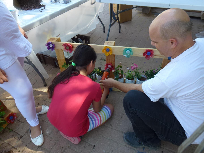 אופיר מדריך כיצד להבריג את הפרחים לקורות העץ