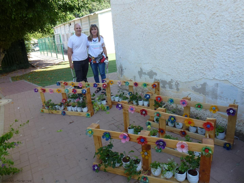 אני ואופיר נהנים מהאדניות שיצרנו עם תלמידי ברטוב רעננה לטיפוח סביבה ירוקה