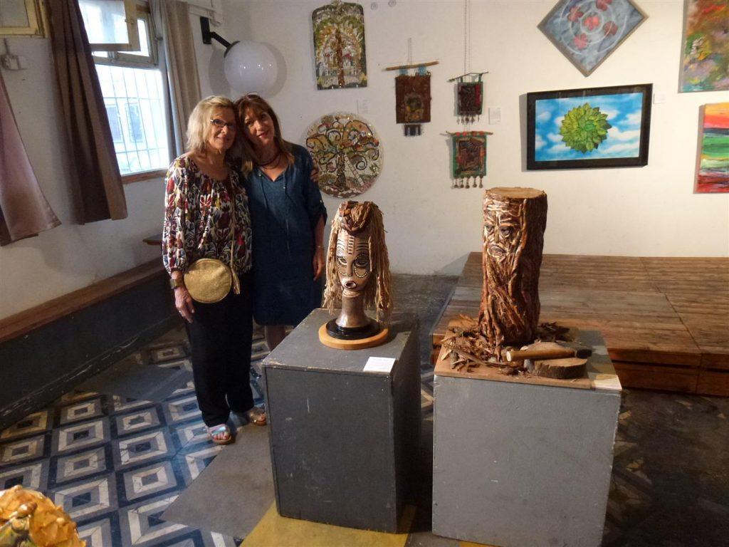 עם אוצרת התערוכה רחל זיו
