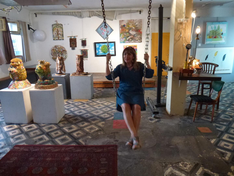 מתנדנדת על הנדנדה בסטודיו קנטי ביפו בה מוצגת התערוכה