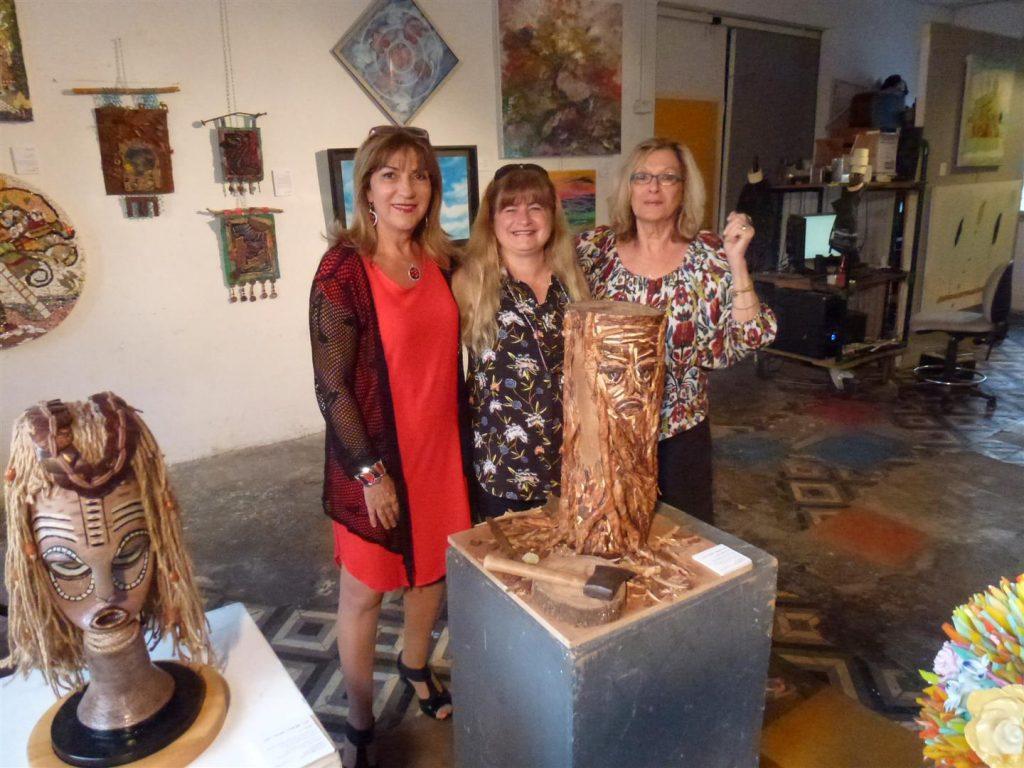 עם רחל זיו האוצרת וענבר פיאנקו אמנית המציגה בתערוכה