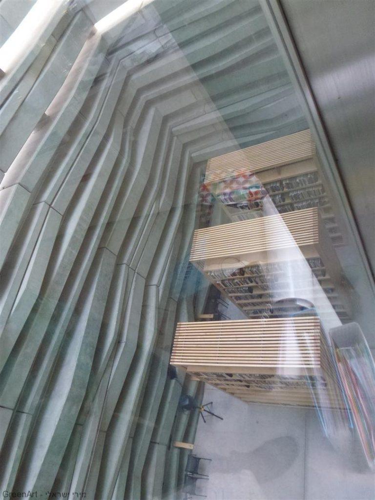מבט מעל חלל הספרייה הגבוה המגיע עד קומה 2