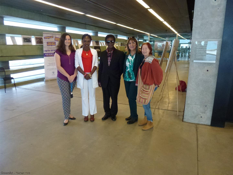 עם לארה המארחת אותנו ואת צוות כתבים מהטלוויזיה של ג'אנה