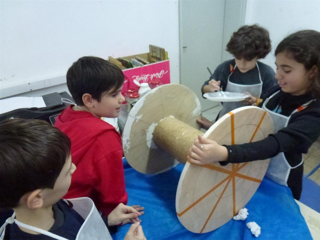 תלמידי הגפן בעבודת צוות משותפת בעיצוב גליל העץ לשולחן חדש