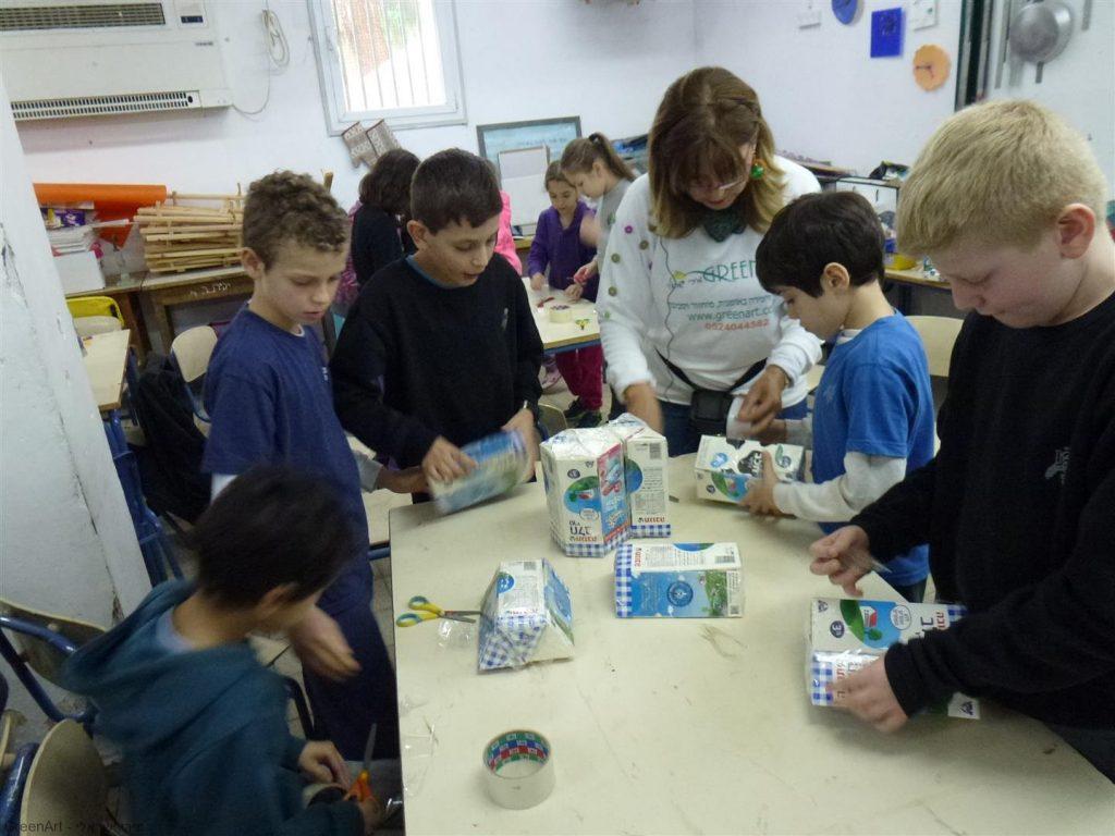 עבודת צוות משותפת בעיצוב ובניית השרפרפים מקרטוני חלב.