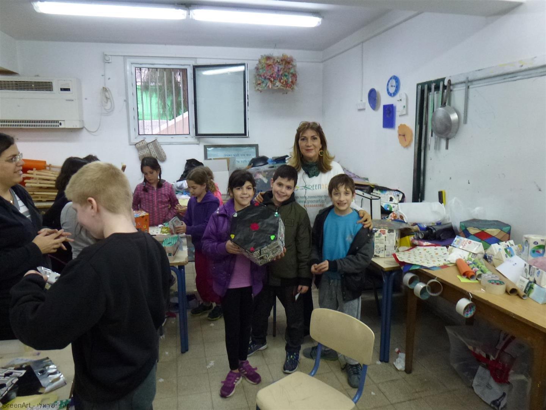 תלמידי הגפן עם השרפרף שעיצבו מקרטוני חלב שאספו מבתיהם