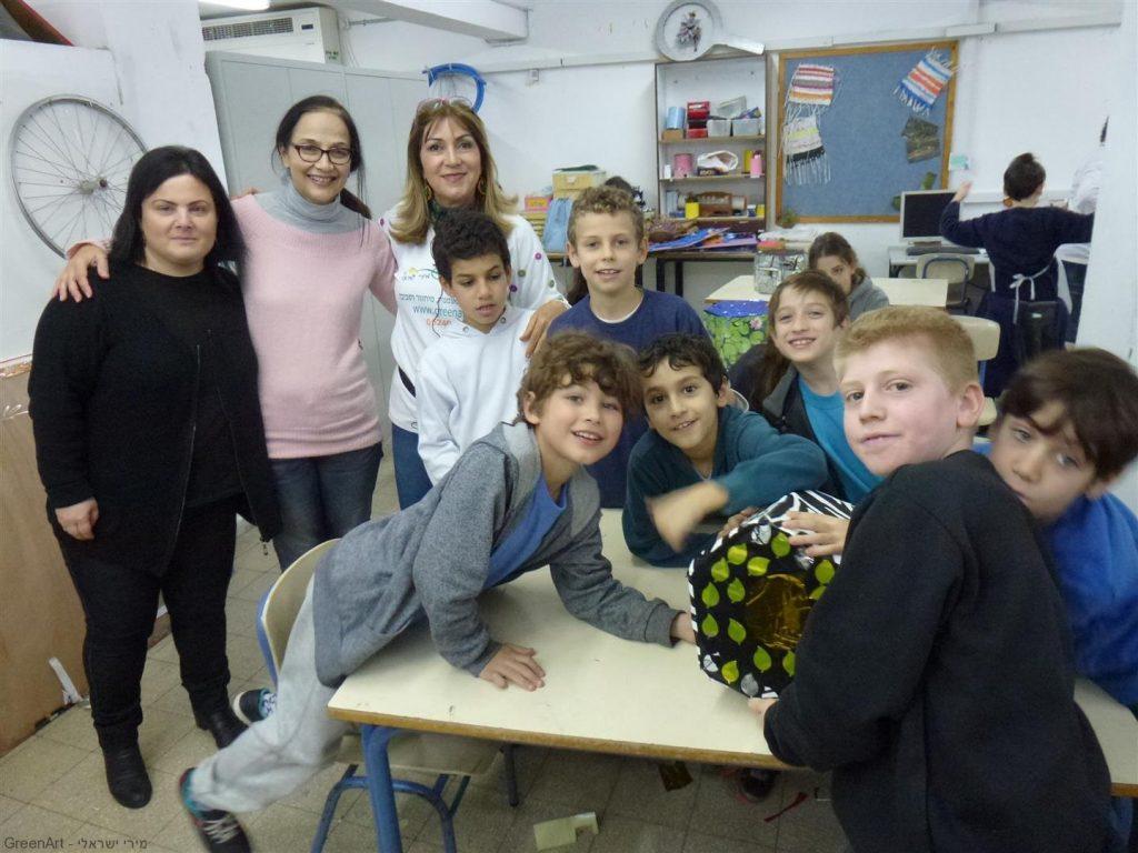 תלמידי הגפן עם המחנכות נהנים מהשרפרף שעיצבו מקרטוני חלב