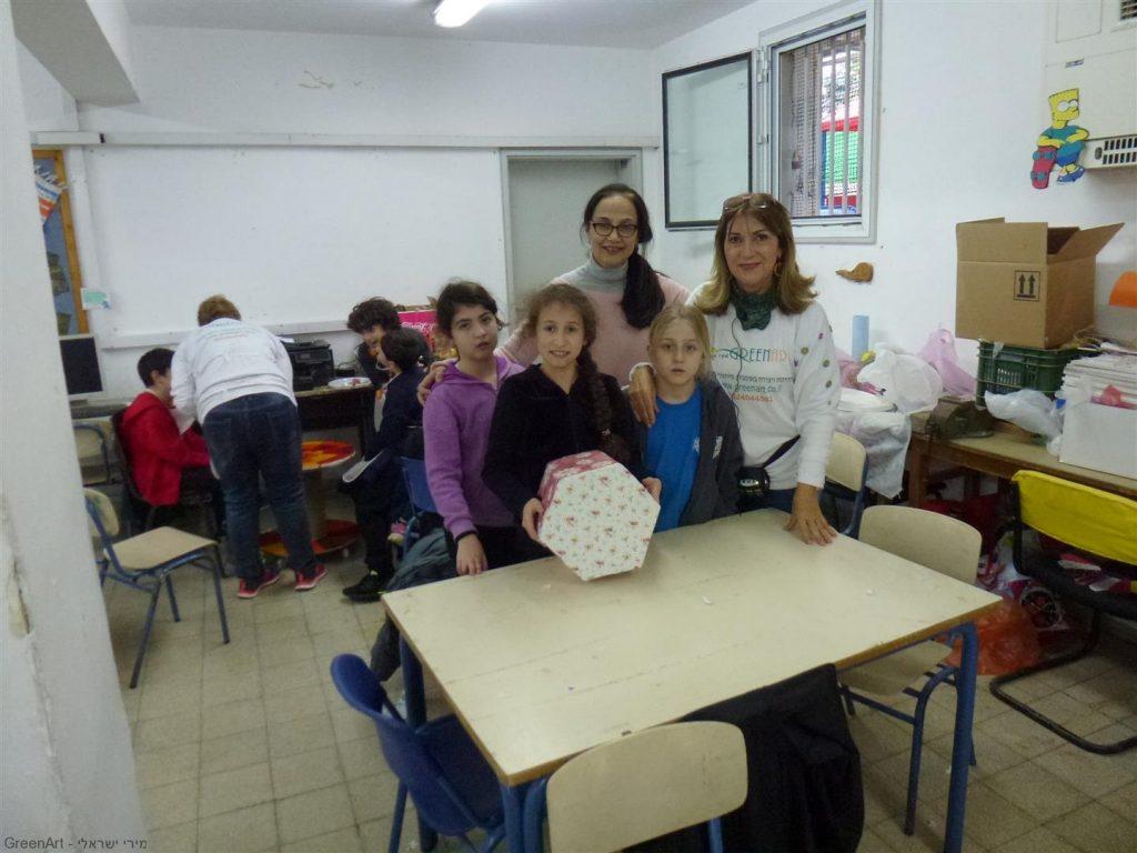 תלמידי הגפן עם המחנכת נהנים מהשרפרף שעיצבו מקרטוני חלב