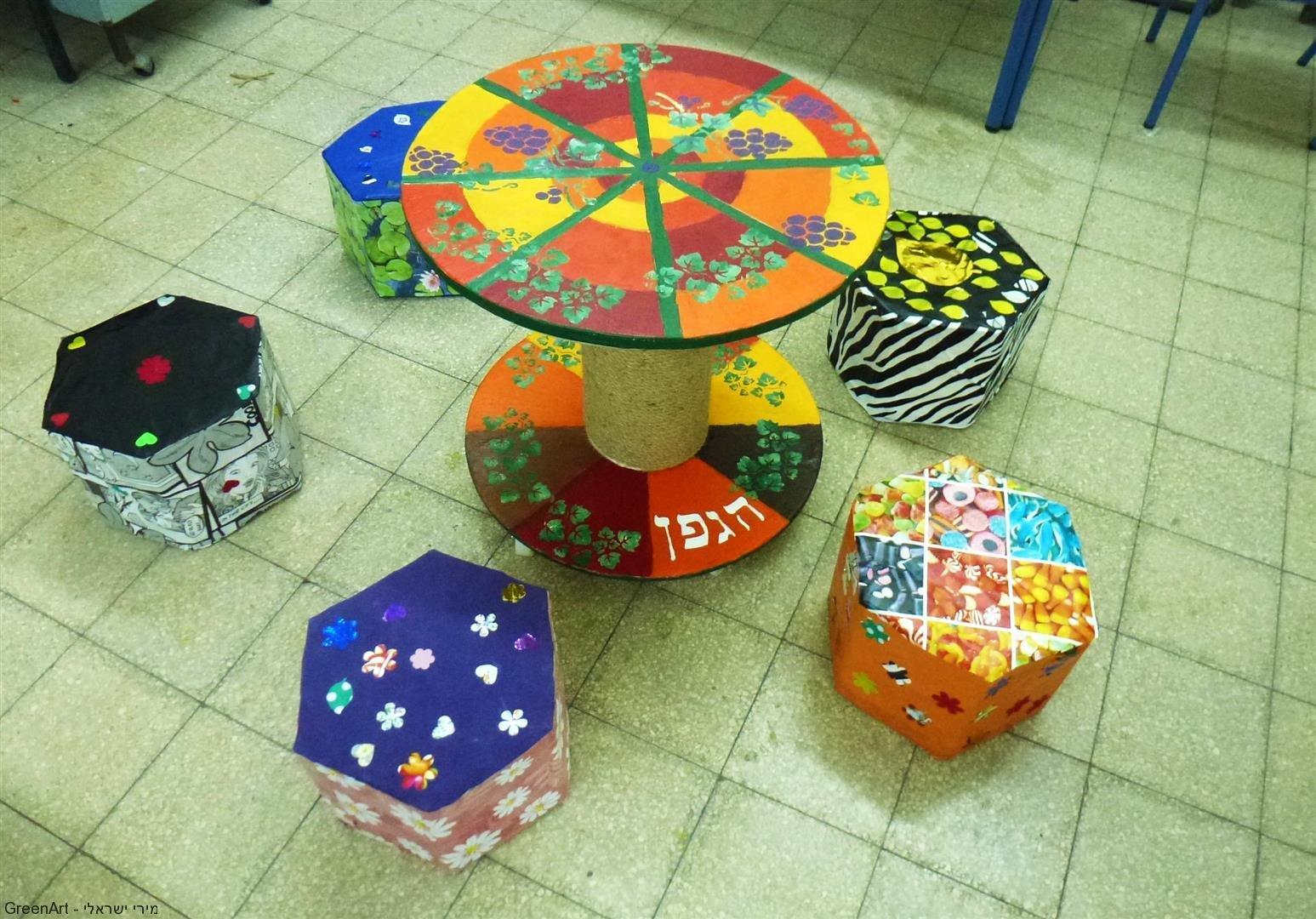 פינת ישיבה מחומרים ממוחזרים שעיצבו תלמידי הגפן רמת גן