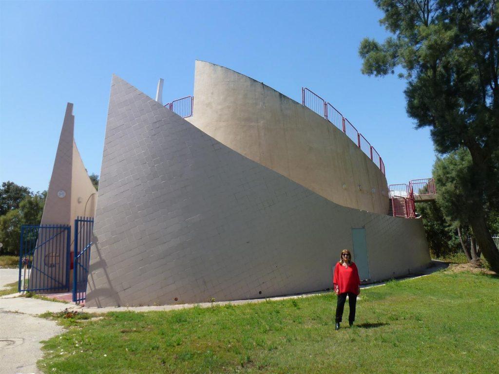 בחזית מרכז מחמלי באשדו ד- מרכז חקר מידע וסיוע ליונקים הימיים