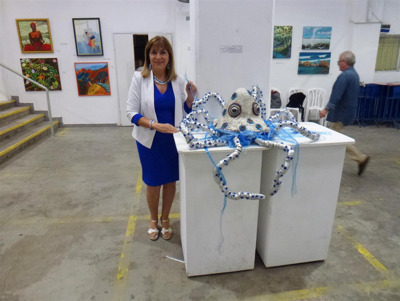 באירוע הפתיחה לתערוכה אקטיבית אביב 2017 ליד היצירה - אדם, שמור לנו על החיים בים!.