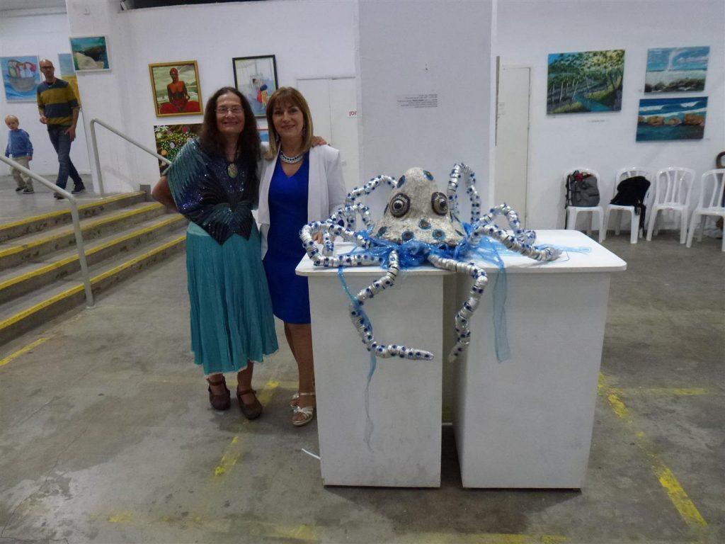 עם חברתי האמנית יעל פרויליך באירוע הפתיחה לתערוכה