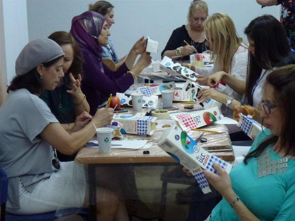 הדרכה למורים כיצד יוצרים מקרטוני מחלב יצירות מגוונות לעבודה עם התלמידים