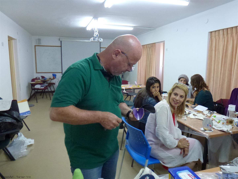 המורה עמוס עם יצירות שיצר בסדנת היצירה למורים בבית הספר העמק בעפולה
