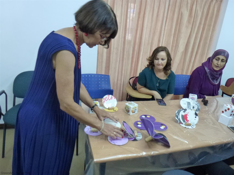 רות המנהלת מציגה מבחר מיצירות המורים שיצרו במהלך הסדנה