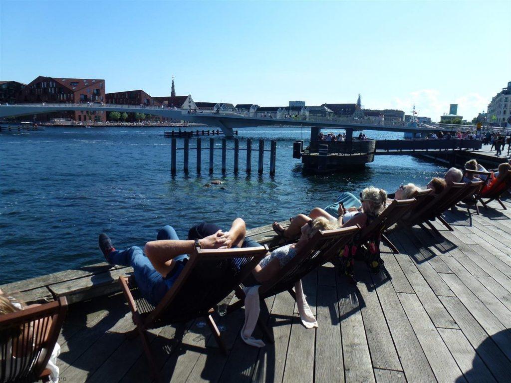 שלווה פסטורלית והתמסרות לקרני השמש לצד המים