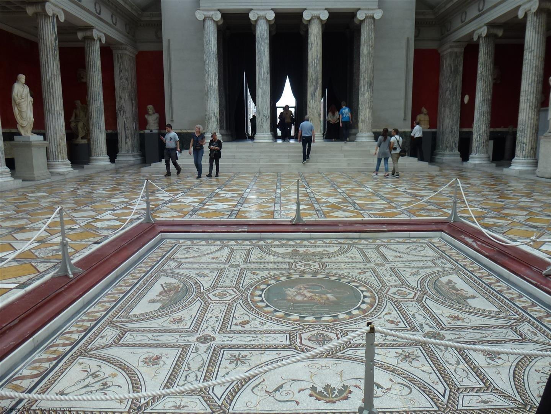 סיור במוזיאון ניר קרלסברג גליפטוטק באגף העתיקות