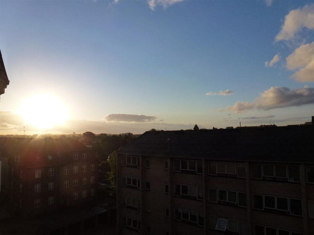 זריחה על העיר קופנהגן מחלון דירתי