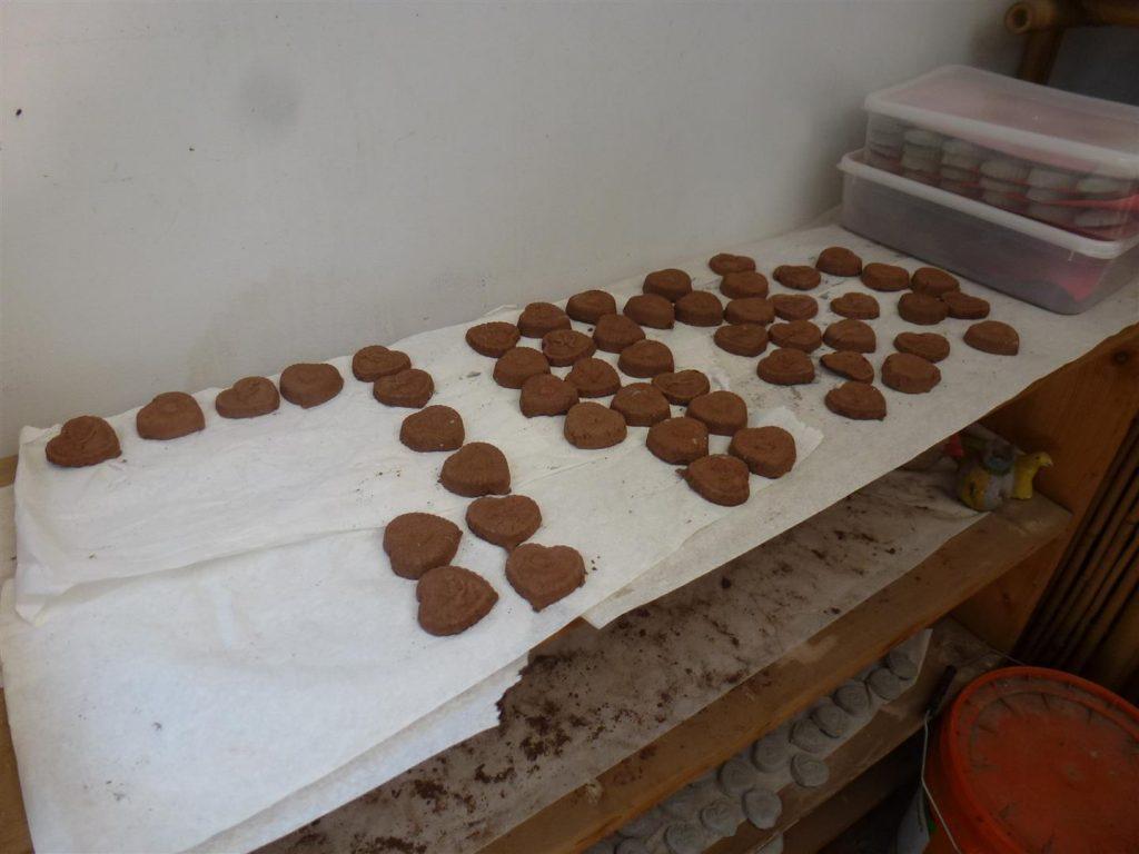 מוצר -עוגינה- המיוצר במקום ומיועד למכירה כסיוע לגידול צמחים וסיוע לקהילה