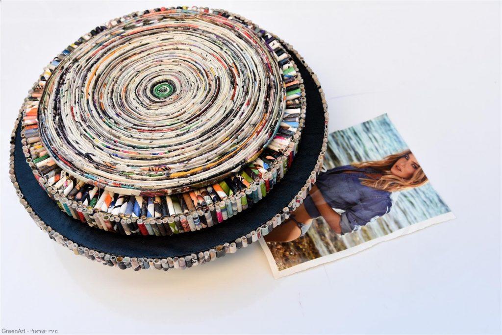 ספירלה מעגלית עם אחד מדפי המגזין שהיוו את חומר הגלם להכנת היצירה