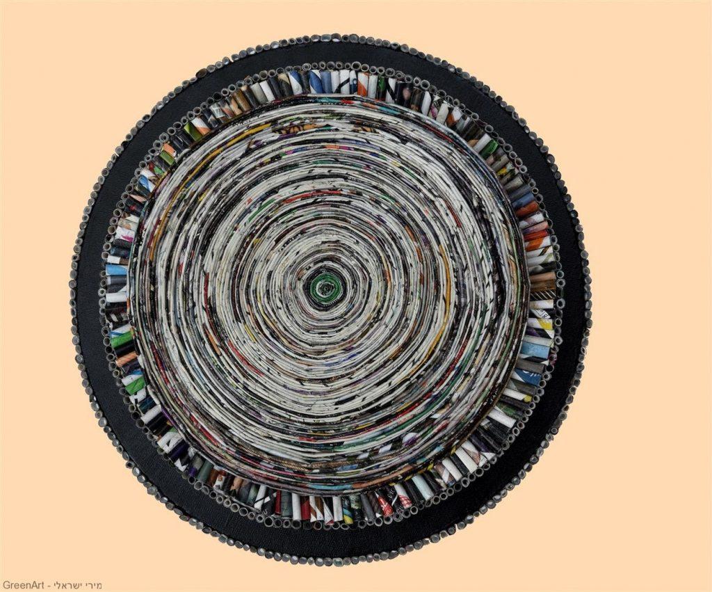 היצירה ספירלה מעגלית במבט חזיתי תלויה על הקיר