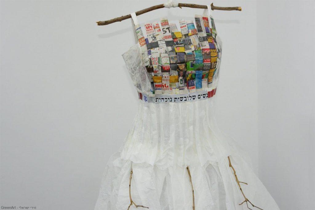 שמלת ערב מנייר משי שעיצבה האמנית פאני צדוק