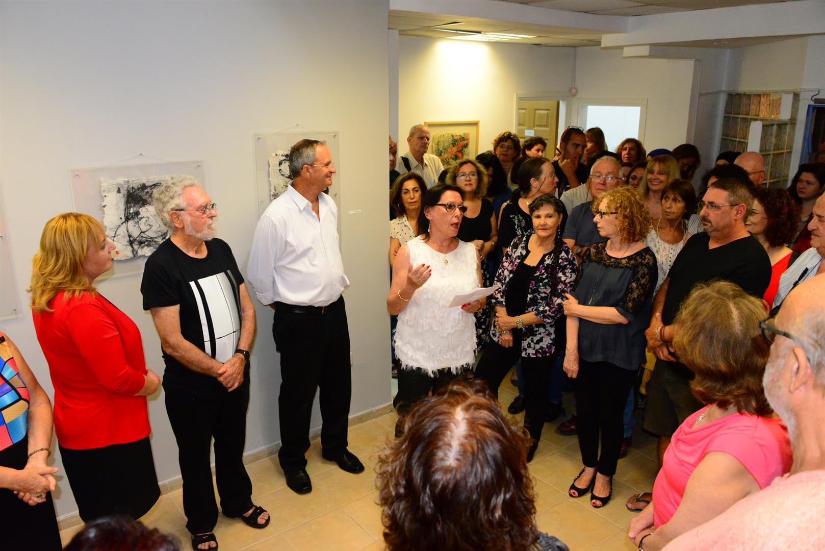 אוצרת התערוכה תמי קידר מברכת בדברי פתיחה את האמנים והאורחים