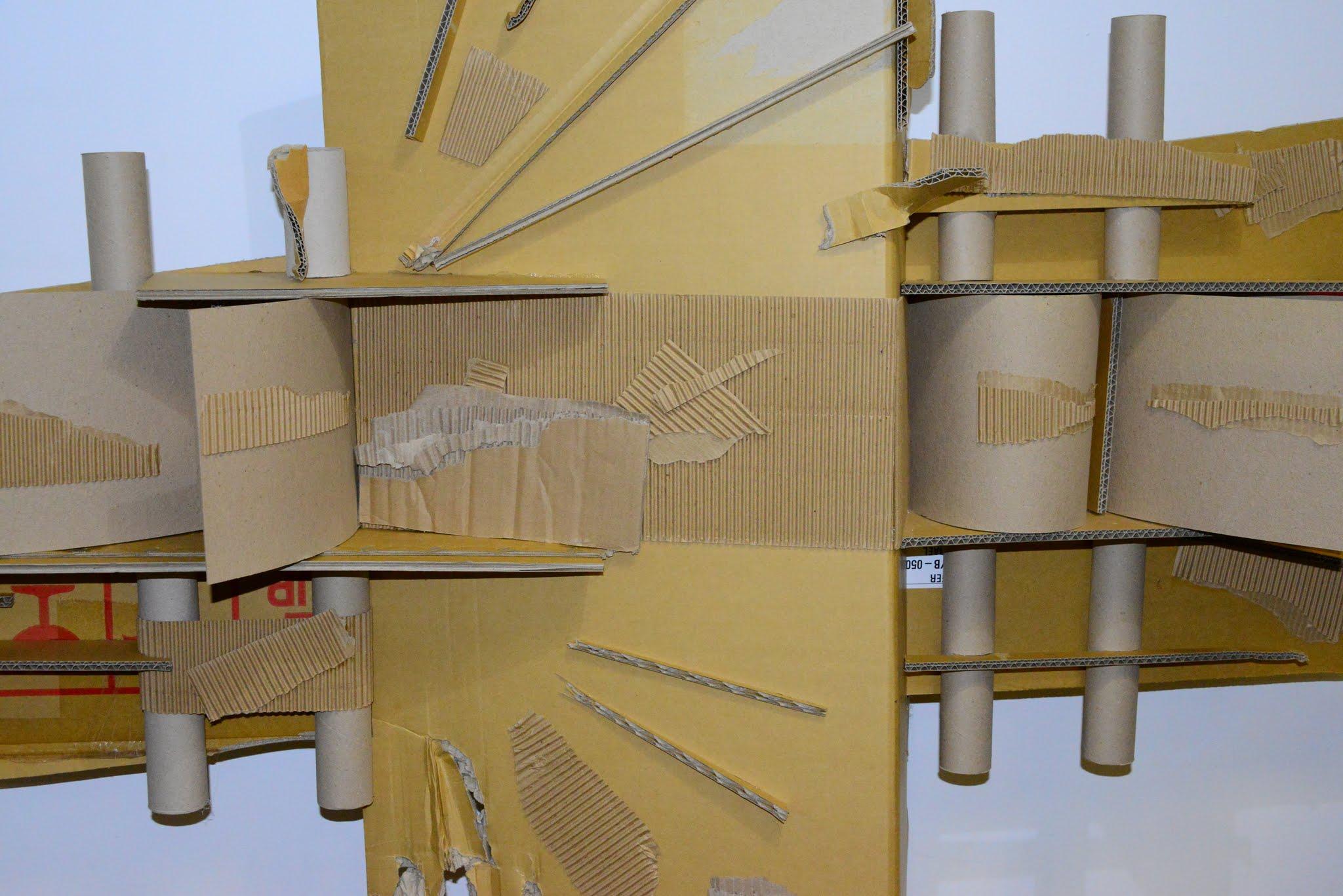 פיסול של אמן אורי גל ממגזרות קרטון גלי ונייר אריזה