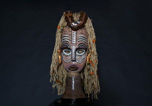 פיסול מסכה אפריקאית מפסולת מוצרי פלסטיק לאמנות אקולוגית