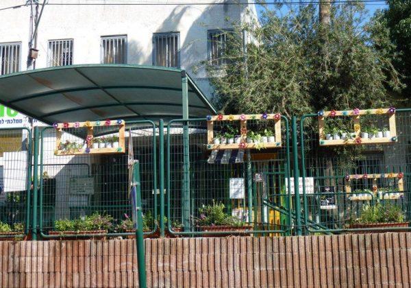 """פיסול סביבתי בסביבה ירוקה בביה""""ס """"ברטוב"""" – Eco Art."""