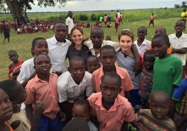 """הנער מישראל שגייס תרומות לפרויקט """"לאמץ כפר"""" והביא את האור לילדי אפריקה."""